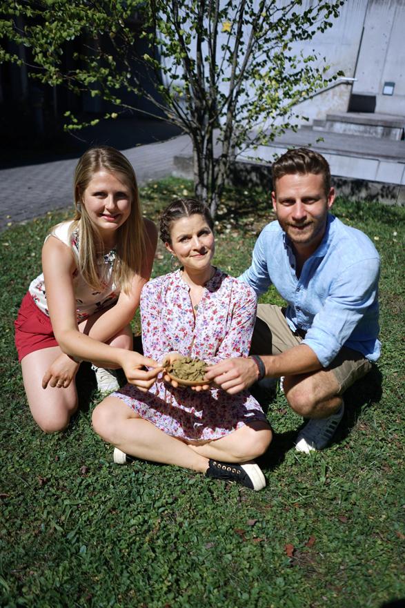 ZeroBullShit Team (Sandra, Lisa und Pascal) sitzen auf dem Gras